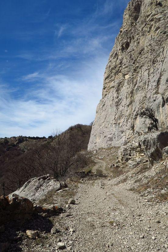 Начало спуска с перевала Ат-Баш-богаз по еврейской тропе